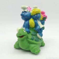 Figuras de Goma y PVC: PITUFO Y PITUFINA MONTANDO UNA TORTUGA PEYO 1995 ¡ÚNICO EN TODOCOLECCIÓN!. Lote 207314945