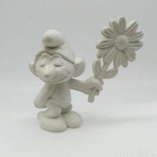 Figuras de Goma y PVC: ANTIGUO PITUFO ENAMORADO CON UNA MARGARITA AÑOS 80, SIN PINTAR, RAREZA. Lote 207428810