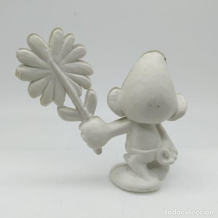 Figuras de Goma y PVC: Antiguo pitufo enamorado con una margarita años 80, sin pintar, rareza - Foto 2 - 207428810