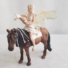 Figuras de Goma y PVC: LLORIS Y SU BEBE LEOLYNN A CABALLO. 2007. SCHLEICH. Lote 208974180