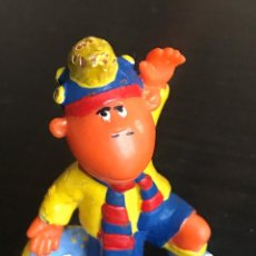 Figuras de Goma y PVC: LOS TWEENIES JAKE BUFANDA BARÇA - FIGURA MUÑECO PVC - MARCA BULLYLAND. Lote 209422010