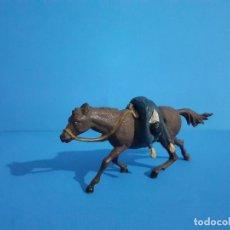 Figuras de Borracha e PVC: VAQUERO MUERTO A CABALLO. AMBOS DE GAMA. GOMA AÑOS 50.. Lote 209881540