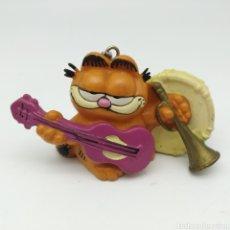 Figuras de Goma y PVC: GARFIELD 'MUSIC IS MY LIFE' CON GUITARRA, BOMBO Y TROMPETA 1978 1981 UNITED FEATURE, BULLY LLAVERO. Lote 210053710