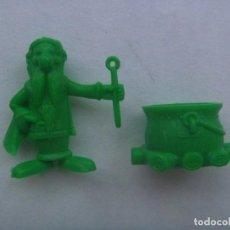 Figuras de Goma y PVC: LOTE DE 2 FIGURAS DE DUNKIN, COLECCION ASTERIX : DRUIDA PANORAMIC Y CALDERO. DETRAS PONE UDERZO 80. Lote 210349245