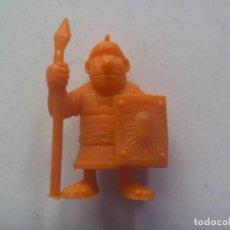 Figuras de Goma y PVC: FIGURA DE DUNKIN , COLECCION DE ASTERIX : LEGIONARIO ROMANO . DETRAS PONE UDERZO 80. Lote 211455967
