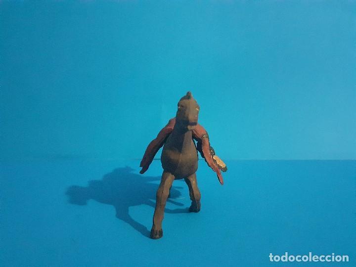 Figuras de Goma y PVC: Jefe indio muerto a caballo. Ambos de gama . Goma años 50 - Foto 2 - 211624485