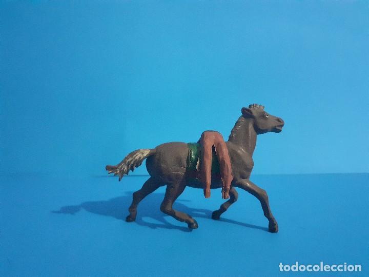 Figuras de Goma y PVC: Jefe indio muerto a caballo. Ambos de gama . Goma años 50 - Foto 3 - 211624485