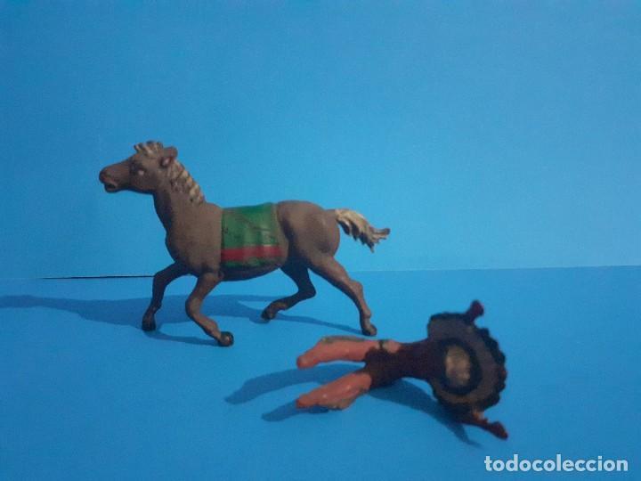 Figuras de Goma y PVC: Jefe indio muerto a caballo. Ambos de gama . Goma años 50 - Foto 5 - 211624485