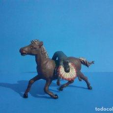 Figuras de Borracha e PVC: JEFE INDIO MUERTO A CABALLO. AMBOS DE GAMA . GOMA AÑOS 50. Lote 211624592