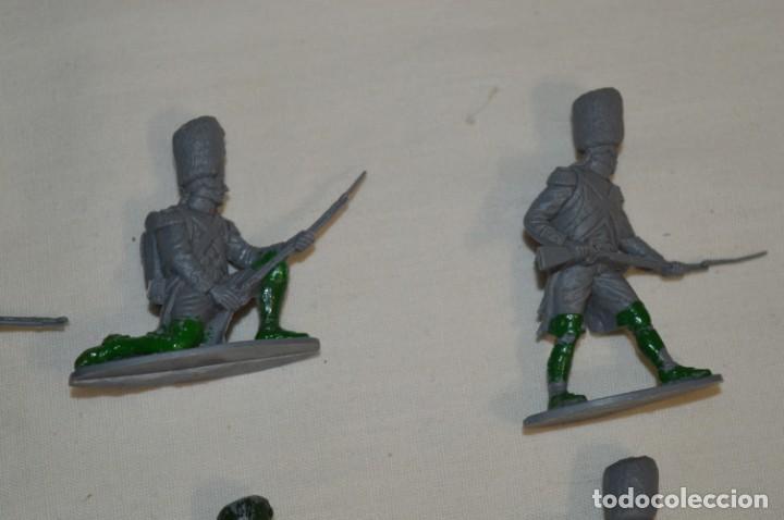 Figuras de Goma y PVC: 28 Soldados FRANCESES / Guerras NAPOLEÓNICAS / Sobre 6 Cm. altura ¡Mira fotos y detalles! - Foto 3 - 212016382