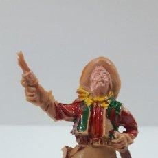 Figuras de Goma y PVC: VAQUERO CON PISTOLA Y BOTELLA . REALIZADO POR LAFREDO . AÑOS 60. Lote 212244270
