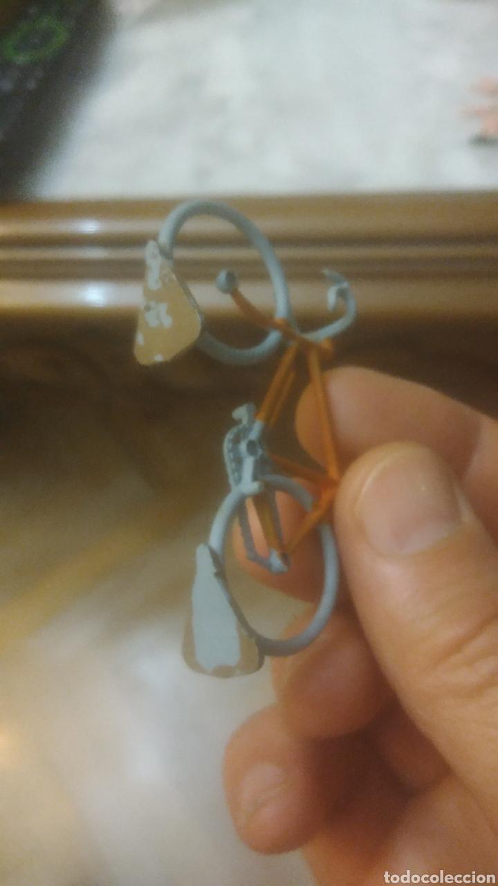 Figuras de Goma y PVC: CICLISTA AÑOS 40 O 50. RARISIMA BICICLETA METÁLICA Y CICLISTA DE GOMA. VER FOTOS. - Foto 4 - 212945566