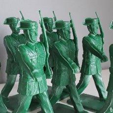 Figuras de Goma y PVC: GUARDIA CIVIL EN DESFILE, SOLDIS DE GOMARSA/REAMSA, 7 FIGURAS SIN USAR. REEDICIÓN MONOCOLOR.. Lote 213920701
