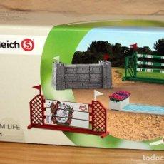 Figuras de Goma y PVC: FARM LIFE - SCHLEICH - JUMP PARCOURS - 42271 - NUEVO Y EN SU CAJA ORIGINAL. Lote 214291016