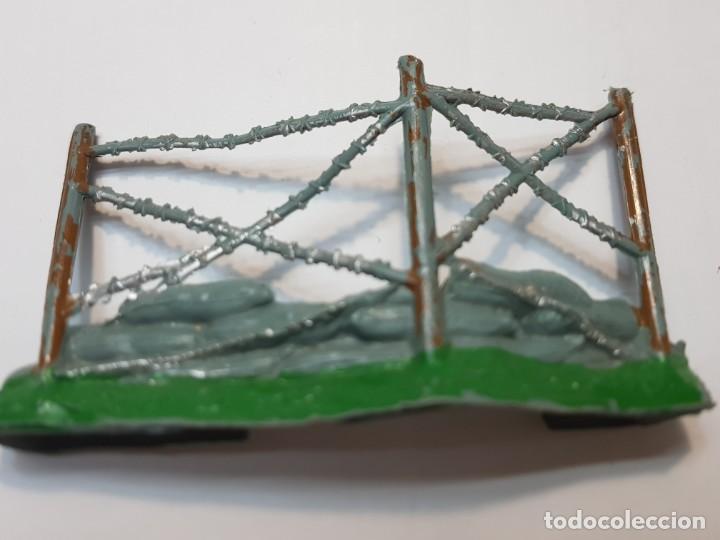 Figuras de Goma y PVC: Figura Alambrada con sacos Comansi escasa - Foto 2 - 214371320