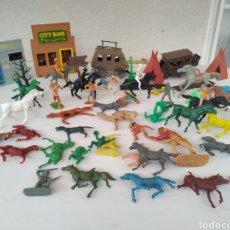 Figuras de Goma y PVC: ANTIGUOS INDIOS Y VAQUEROS 60 PIEZAS APROXIMADAMENTE. Lote 214494558