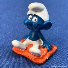 Figuras de Goma y PVC: PITUFO SENTADO EN UNA ALFOMBRA ROJA - PEYO - BULLY. Lote 217133640