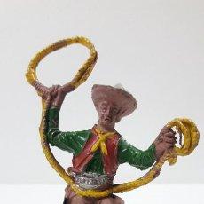 Figuras de Goma y PVC: VAQUERO - COWBOY CON LAZO . REALIZADO POR LAFREDO . ALTURA TOTAL 8 CM . ORIGINAL AÑOS 50 EN GOMA. Lote 217183633