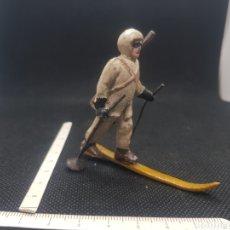 Figuras de Goma y PVC: MUY ANTIGUO ESQUIADOR TROPAS DE ALTA MONTAÑA FALTA UN SKI. Lote 217674693