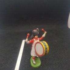 Figuras de Goma y PVC: ANTIGUA FIGURA TOCANDO EL BOMBO BRITAIN'S. Lote 217676225