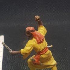 Figuras de Goma y PVC: SOLDADO ÁRABE BRITAIN'S DEELITE 71 BASE METÁLICA. Lote 217830386
