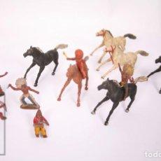 Figuras de Goma y PVC: CONJUNTO DE 5 CABALLOS Y 6 INDIOS DE GOMA SOTORRES - AÑOS 50-60. Lote 218085131