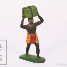 Figuras de Goma y PVC: FIGURA DE CONJUNTO SAFARI SOTORRES - GOMA - GUERRERO AFRICANO PORTEADOR / ÁFRICA - AÑOS 50-60. Lote 218089353