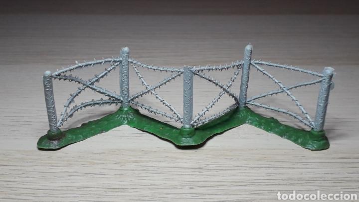 Figuras de Goma y PVC: Cercado valla alambrada militar, plástico, Pech o similar, original años 60. - Foto 2 - 218745010