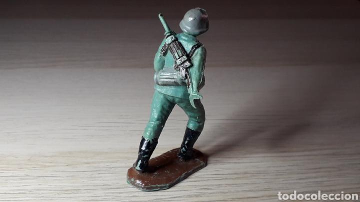 Figuras de Goma y PVC: Soldado alemán servidor cañón, fabricado en plástico, Pech Hermanos, original años 60. - Foto 2 - 218750147