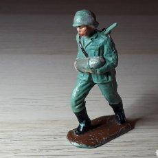 Figuras de Goma y PVC: SOLDADO ALEMÁN SERVIDOR CAÑÓN, FABRICADO EN PLÁSTICO, PECH HERMANOS, ORIGINAL AÑOS 60.. Lote 218750147