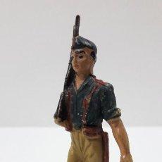 Figuras de Goma y PVC: SOLDADO LEGIONARIO EN DESFILE . REALIZADO POR PECH . SERIE DESFILES . ORIGINAL AÑOS 50 EN GOMA. Lote 219416963