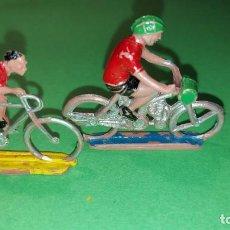 Figuras de Goma y PVC: CICLISTA Y MOTORISTA - DE PLASTICO DE SOTORRES - VUELTA CICLISTA - AÑOS 60. Lote 220085105