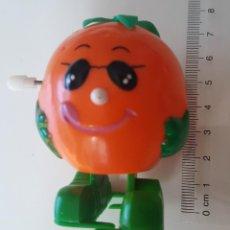 Figuras de Goma y PVC: FIGURA MUÑECO NARANJA CON GAFAS CON CUERDA AÑOS 80. Lote 220506368
