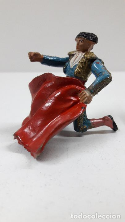 TORERO DE RRODILLAS TENTANDO AL TORO . REALIZADO POR TEIXIDO . ORIGINAL AÑOS 50 EN GOMA (Juguetes - Figuras de Goma y Pvc - Teixido)