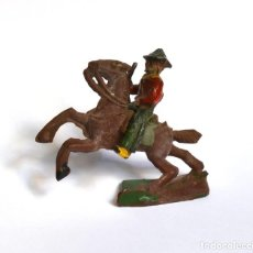 Figuras de Goma y PVC: COWBOY CON RIFLE A CABALLO ARCLA CAPELL Ó LAFREDO, EN GOMA, CIRCA 1950.. Lote 220761647