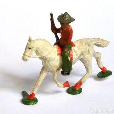 Figuras de Goma y PVC: COWBOY CON RIFLE A CABALLO ARCLA CAPELL Ó LAFREDO, EN GOMA, CIRCA 1950.. Lote 220761912