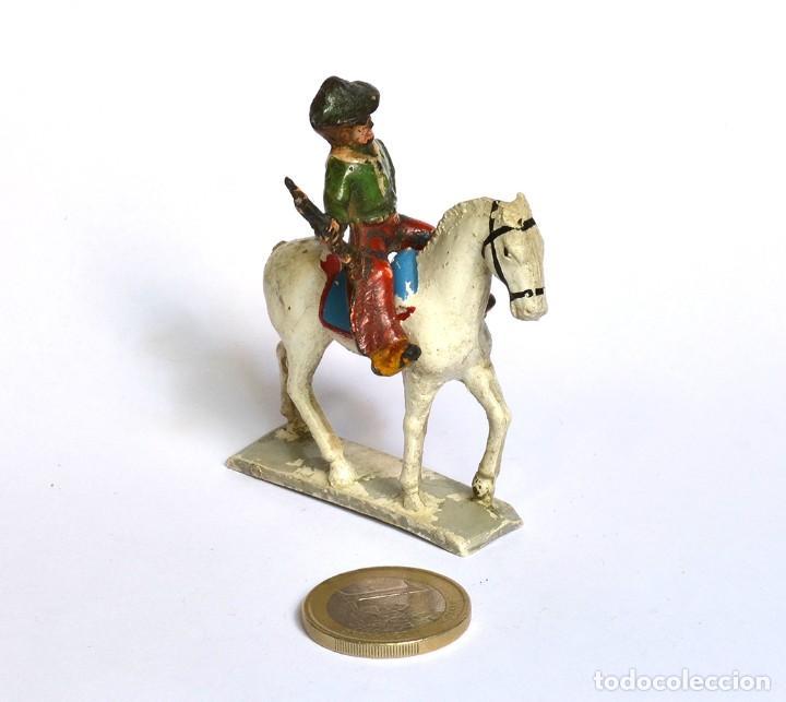 Figuras de Goma y PVC: Cowboy con rifle de baquelita a caballo de goma Arcla Capell ó Lafredo, en goma, circa 1950. - Foto 2 - 220762206