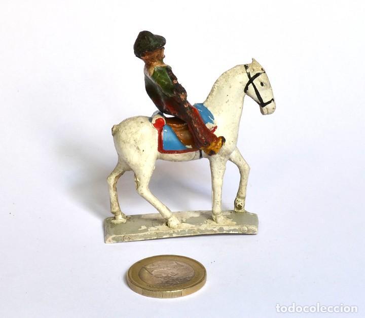 Figuras de Goma y PVC: Cowboy con rifle de baquelita a caballo de goma Arcla Capell ó Lafredo, en goma, circa 1950. - Foto 3 - 220762206