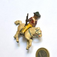 Figuras de Goma y PVC: COWBOY CON RIFLE A CABALLO ARCLA CAPELL Ó LAFREDO, EN GOMA, CIRCA 1950.. Lote 220762375