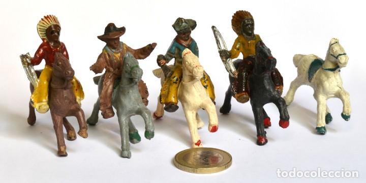 Figuras de Goma y PVC: Lote de 5 caballos, 2 cowboys y dos indios, Lafredo, Arcla Capell, goma y baquelita, circa 1950. - Foto 2 - 220762800