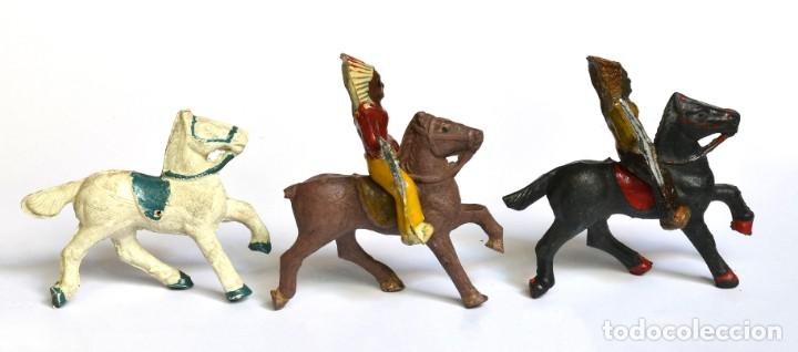 Figuras de Goma y PVC: Lote de 5 caballos, 2 cowboys y dos indios, Lafredo, Arcla Capell, goma y baquelita, circa 1950. - Foto 3 - 220762800