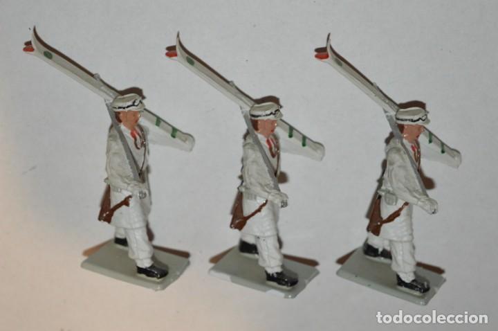 Figuras de Goma y PVC: ESQUIADORES / MONTAÑA - Antiguo/vintage - 13 Soldados desfilando - REAMSA y GOMARSA - ¡Mira fotos! - Foto 11 - 220887676