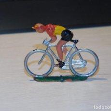 Figuras de Goma y PVC: SOTORRES *CICLISTA* PLÁSTICO DURO, AÑOS 50. 2 FOTOS. Lote 221084965