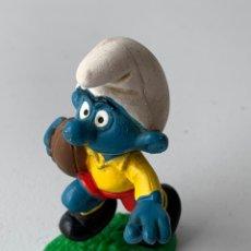 Figuras de Goma y PVC: FIGURA PVC PITUFO JUGADOR DE RUGBY - SCHLEICH PEYO ORIGINAL INCLUYE BASE. Lote 222996773