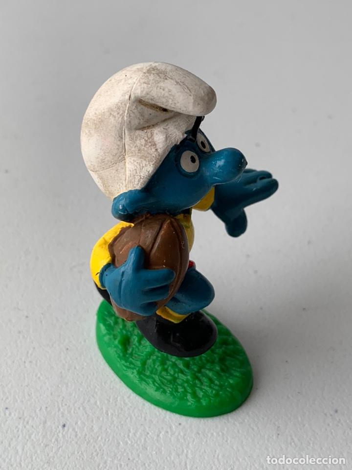 Figuras de Goma y PVC: FIGURA PVC PITUFO JUGADOR DE RUGBY - SCHLEICH PEYO ORIGINAL INCLUYE BASE - Foto 2 - 222996773