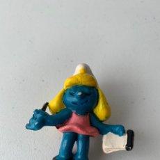 Figuras de Goma y PVC: FIGURA PVC LA PITUFINA CON LIBRETA PITUFO - BOOTLEG SIN MARCA MUÑECO DURO. Lote 222996876