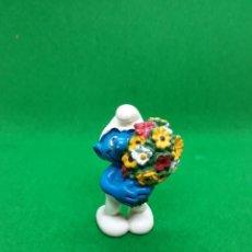 Figuras de Goma y PVC: FIGURA PITUFO CON RAMO DE FLORES - PEYO SCHLEICH - 5.5 CM ALTO - AÑO 2000 - PVC. Lote 223592510