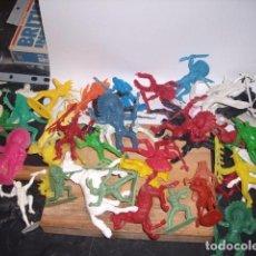 Figuras de Goma y PVC: INDIOS LOTE DE 60 PIEZAS, CON CABALLOS, DIFERENTES MARCAS. Lote 223672920
