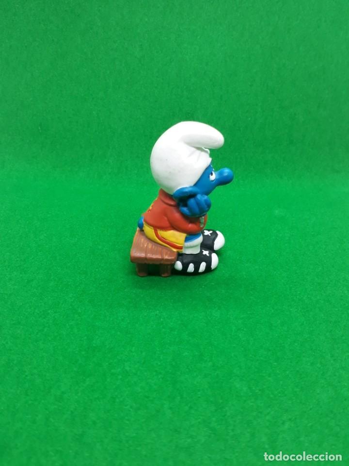 Figuras de Goma y PVC: Figura Pitufo Sentado en el Banquillo (futbol) - Peyo Schleich - 5.5 CM alto - Año 2003 - PVC - Foto 2 - 224044975
