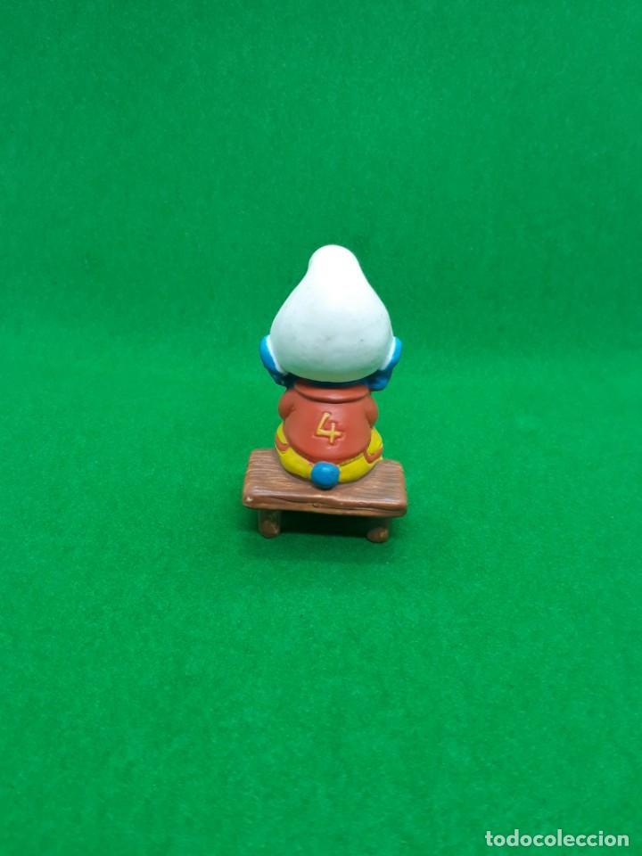 Figuras de Goma y PVC: Figura Pitufo Sentado en el Banquillo (futbol) - Peyo Schleich - 5.5 CM alto - Año 2003 - PVC - Foto 3 - 224044975